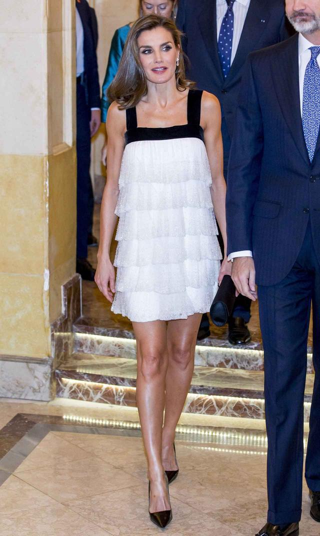 画像1: スペインのレティシア妃、ミニ丈ドレスで美脚を披露