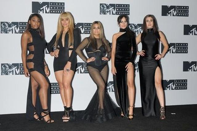 画像: MTVビデオ・ミュージック・アワードにて、フィフス・ハーモニーのメンバーと。
