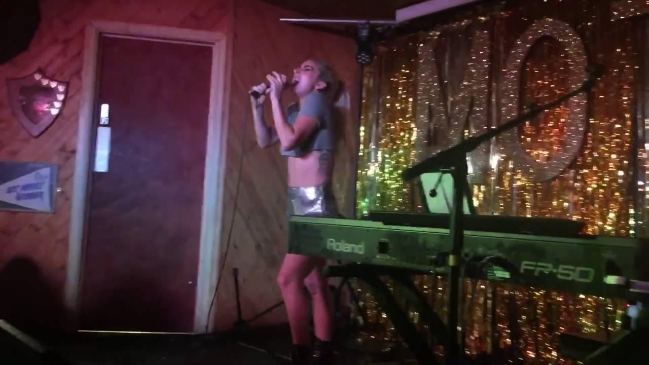 画像: Lady Gaga 'Perfect illusion' (Live at The Moth) HD www.youtube.com