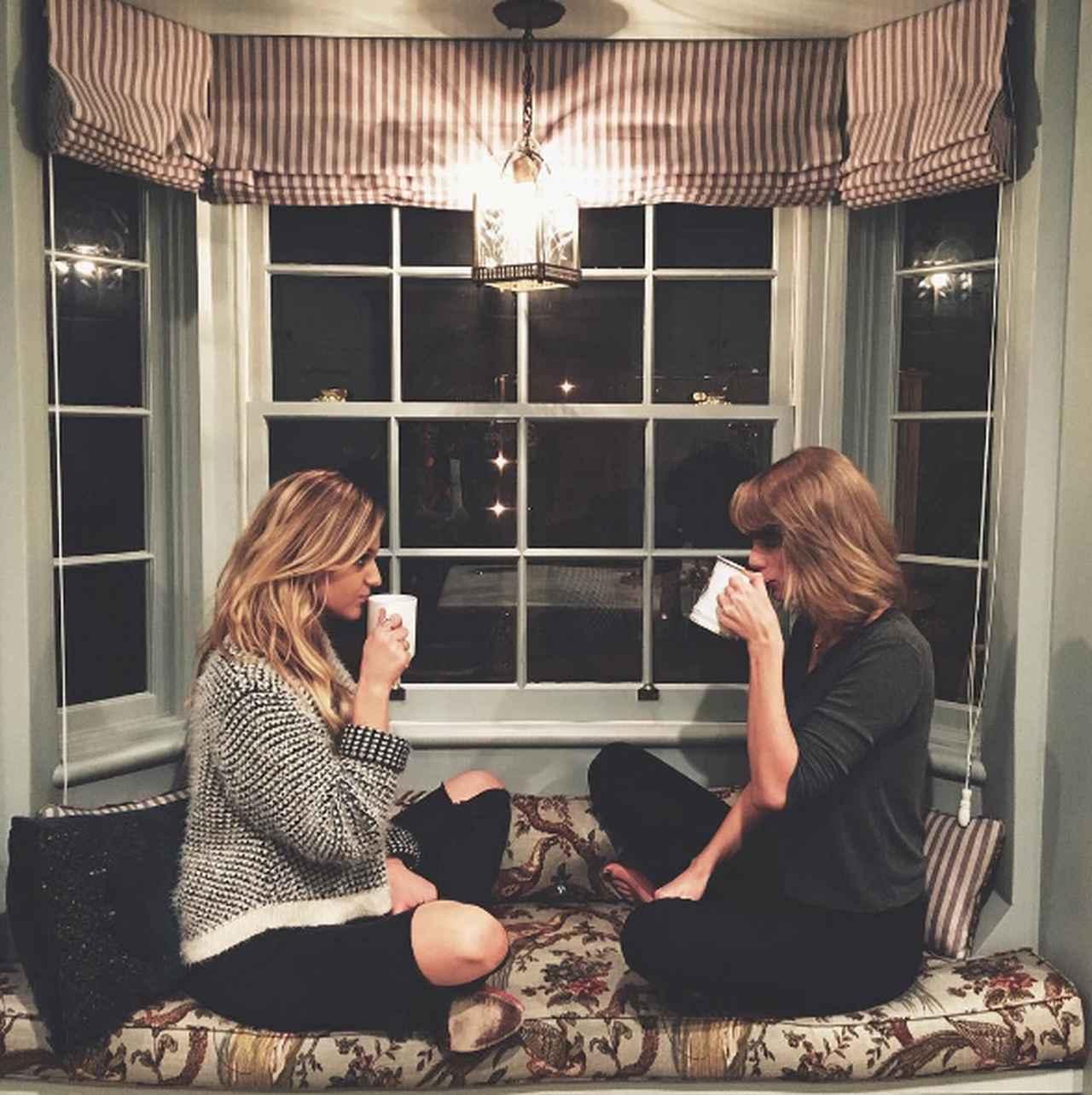 画像: NYのアパートの窓際でコーヒー片手に女子会。