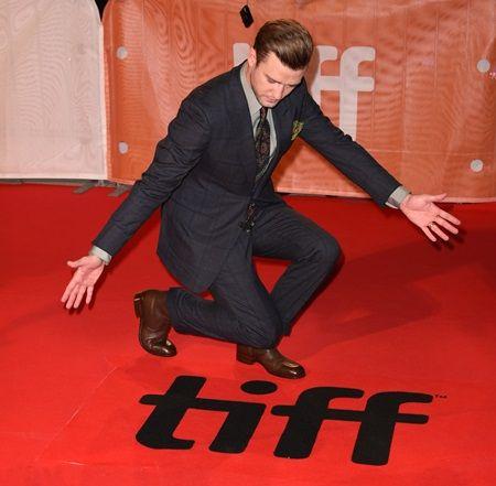 画像: トロント国際映画祭(TIFF)の文字の横でポーズを決めるジャスティン。