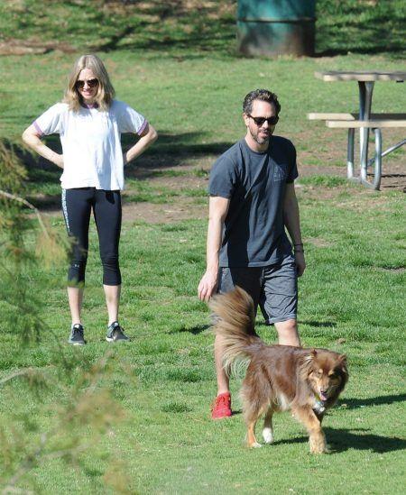 画像: トーマスは、愛犬家として有名なアマンダが溺愛するフィン君とも仲良し