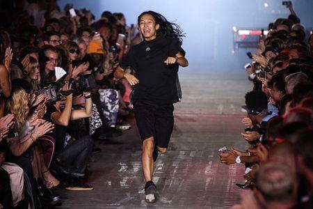 画像: モデルが引いてから、最後に挨拶に出てきたデザイナーのアレキサンダー・ワンもAdidas×Alexander Wangのものを着用。