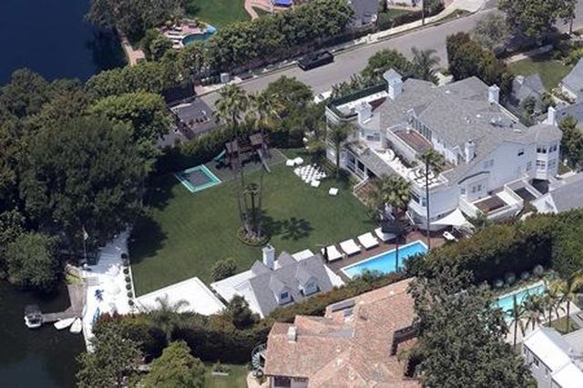 画像: LAにあるジャスティンの自宅。この豪邸には、ベッドルーム10部屋のほか、ジムやゲーム部屋、映写室などがある。