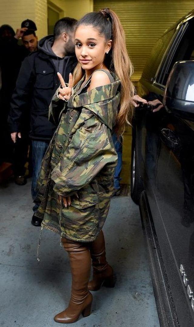 画像: 定番の迷彩柄ジャケットは肩を落とし肌をチラ見せしてセクシーに