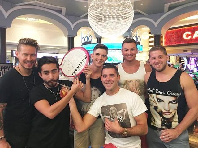 画像: こちらの男性グループは、「僕らゲイだからハート書いちゃおう~」とノリノリだった。