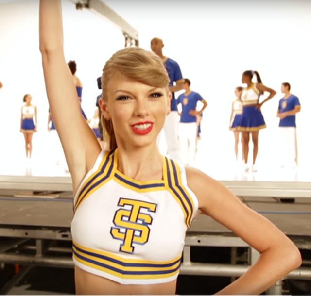 画像: チアリーダーに扮した、ミュージックビデオの撮影のひとコマ。