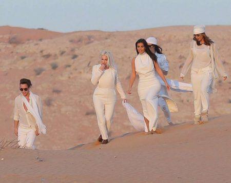 画像: カーダシアン家の妹たちや友人と一緒に砂漠のシーンを再現するキム。
