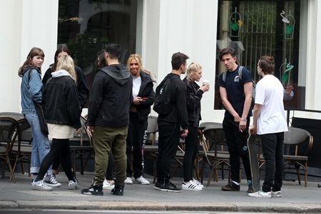 画像: イギリスには友達も多いロッコ君。この日は、ベッカム家の長男ブルックリン(一番右)らと遊んでいた。