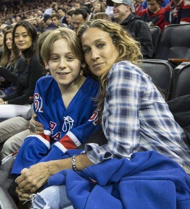 画像: サラと息子のジェームズ君。
