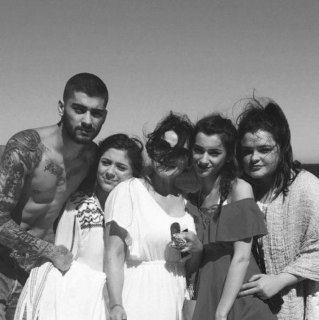 画像: 自身の家族との写真をSNSに公開。