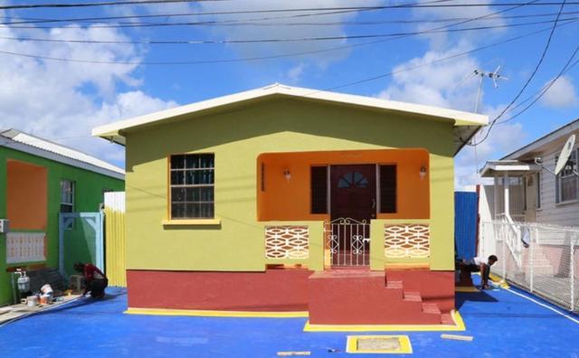 画像: リアーナが育った家には現在は鮮やかなペイントが施されている。リアーナの家族は現在もバルバトスで暮らしているが、この家には住んでいない。©MEGA