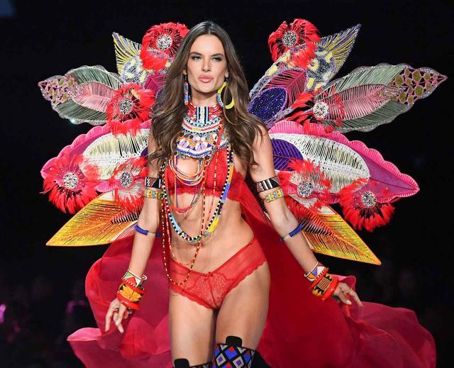 画像1: 有名下着ブランドの広告塔を引退した36歳モデル、16年前の姿が「天使」すぎる