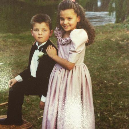 画像: 2. 弟と正装して写真に写る美少女の正体は?