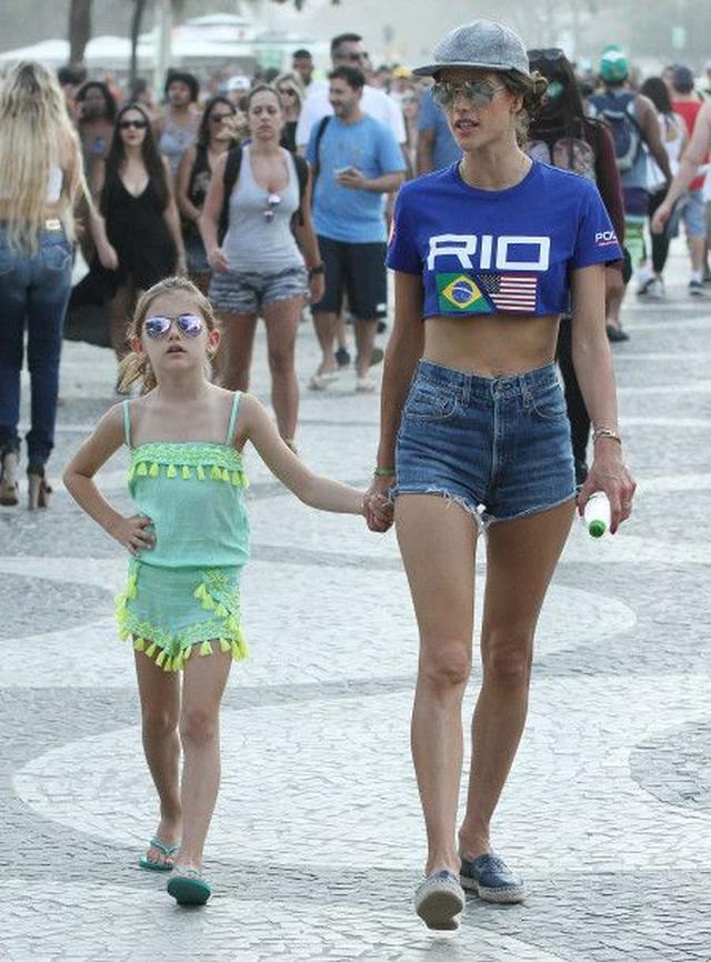 画像: 家族で訪れたアレッサンドラは、娘のアンニャちゃんと共にビーチバレーの観戦へ。