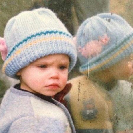 画像: 1. 水色のニット帽を被った、不機嫌そうな表情の女の子は誰?