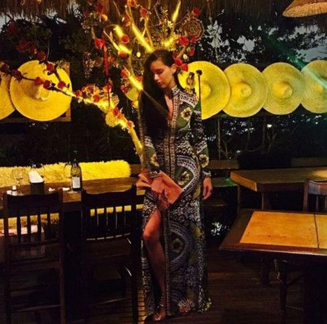 画像: アドリアナは、リオデジャネイロにあるお気に入りのレストランAprazivelでディナーを楽しんで。