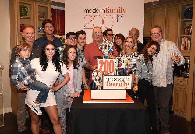 画像: 3家族が勢ぞろいし、ケーキを囲み写真撮影が終わると…。