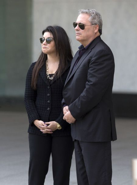 画像: アンバーの弁護団が彼女をお出迎え。