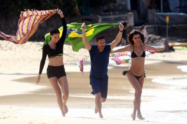 画像: 番組司会者のライアンと共にブラジルの国旗を持ち、美しいベルメーリャ海岸を紹介。