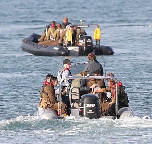 画像: ボートに乗って海上で撮影。