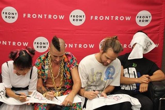 画像: もくもくとサインするメンバーの隣で、1人ふざけるジョー。