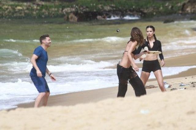 画像: ブラジル発のスポーツ、フレスコボールを3人でエンジョイ。