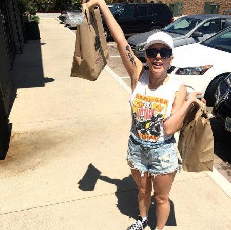 画像: 「買い出し大成功!」と購入した食材が入った紙袋を掲げてポーズ!