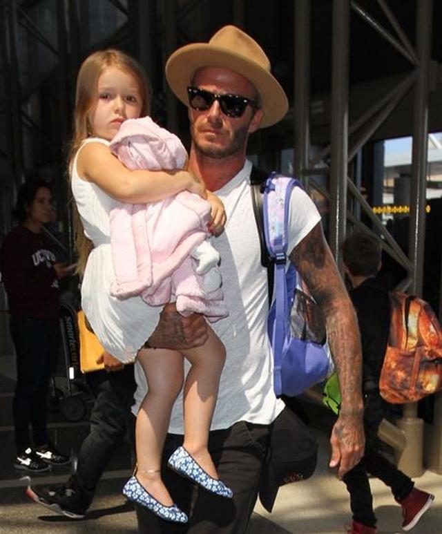 画像: ワンピースはChloe、靴はLittle Marc Jacobs。