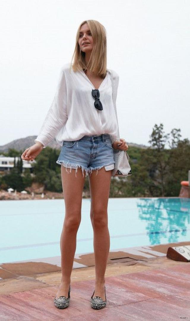 画像: エアリーな光沢素材のとろみシャツで上品な大人の女性を演出
