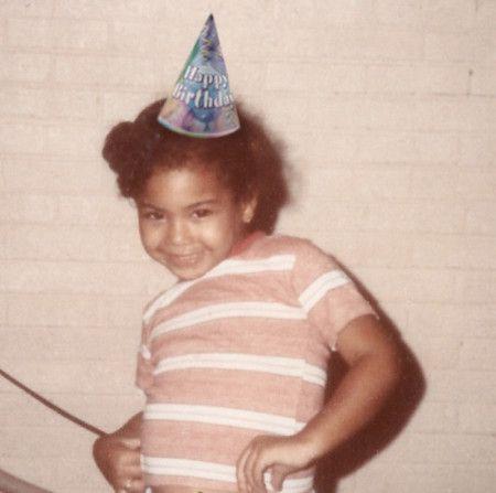 画像: 3. 誕生日の帽子を被ってゴキゲンな女の子は一体誰?