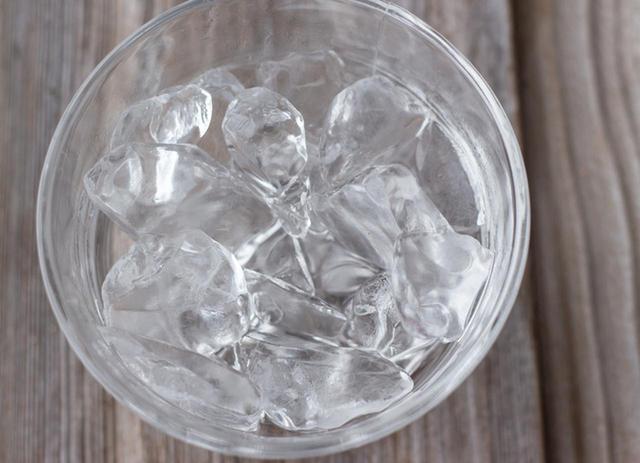 画像: ①氷・水で20秒間顔をすすぐ