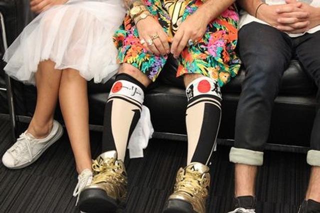 画像: コールのひざに巻かれたハチマキには、「ジンジュ・リー」の文字が。ジンジュはそれに気づくと、「マジで―!!」とお笑い。
