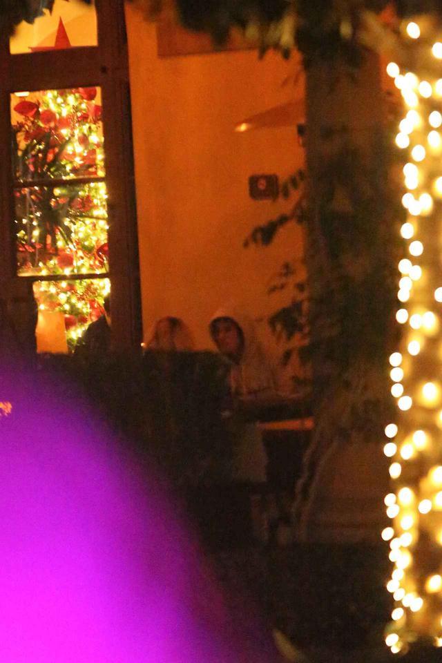 画像: ジャスティン・ビーバーが恋人と抱き合う姿がまるで映画のワンシーン
