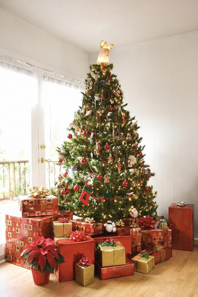 画像: クリスマスツリーの周りにプレゼントが山積みになっている光景は映画や海外ドラマなどで目にしたことがある人も多いはず。