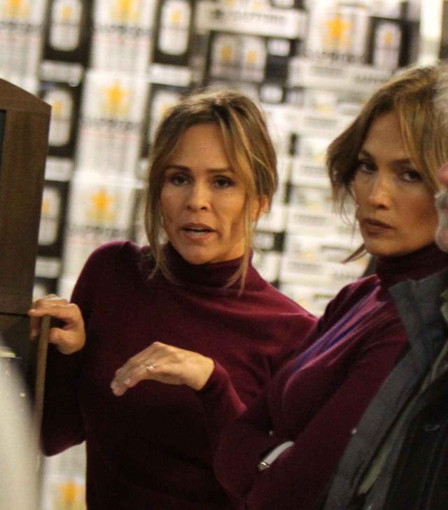 画像: スタントウーマン(左)と待機するジェニファー(右)。アクションシーンもある!?