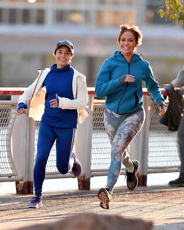 画像: ジョギングシーンの撮影も、エクササイズマニアなジェニファーとヴァネッサは余裕の表情。