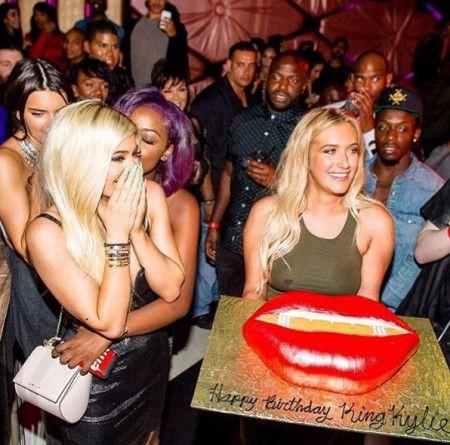 画像: 去年の誕生日に友人たちから特注ケーキでお祝いしてもらっている様子。