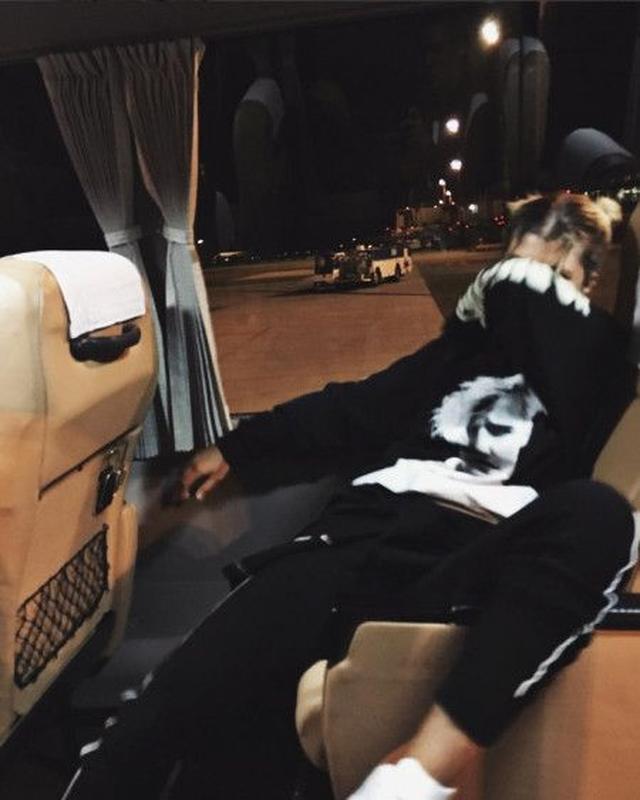 画像: ソフィアは日本時間の昨夜、ジャスティンの顔がプリントされた「写真撮影禁止」とキャプションを添えたトレーナーを着て空港らしき場所をバスで移動中の写真をインスタグラムに投稿。