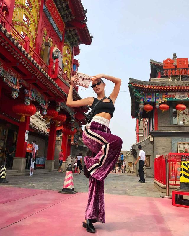 画像: イベントで中国に訪れたときに、カンフーのポーズとかけてひざクイポーズを炸裂。 ©Bella Hadid