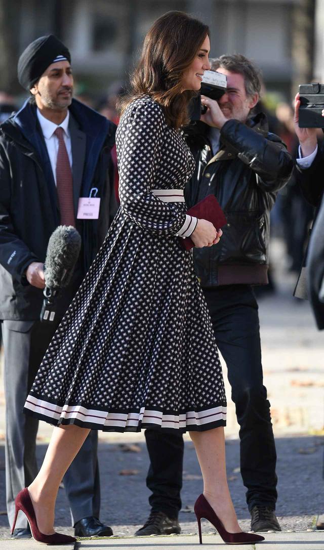 画像2: キャサリン妃、レディなワンピースを可憐に着こなし