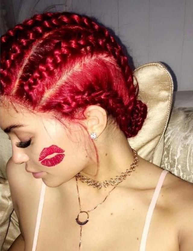 画像: 頬に貼られた赤リップのキスマーク・スタンプと比べると、髪がどのくらい鮮やかな色かが分かる。