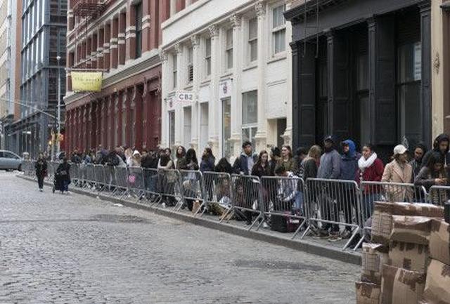 画像: NYのストア前には長蛇の列が。