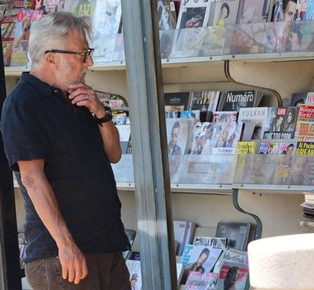 画像2: 【写真】あのオスカー俳優がゴシップ誌を物色 読んでいた記事は