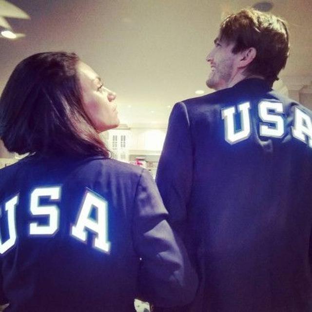 画像: 「アメリカチーム頑張れ!僕らがついてるぞ!」と画面の向こうにメッセージを送っていた。 ⒸAshton Kutcher