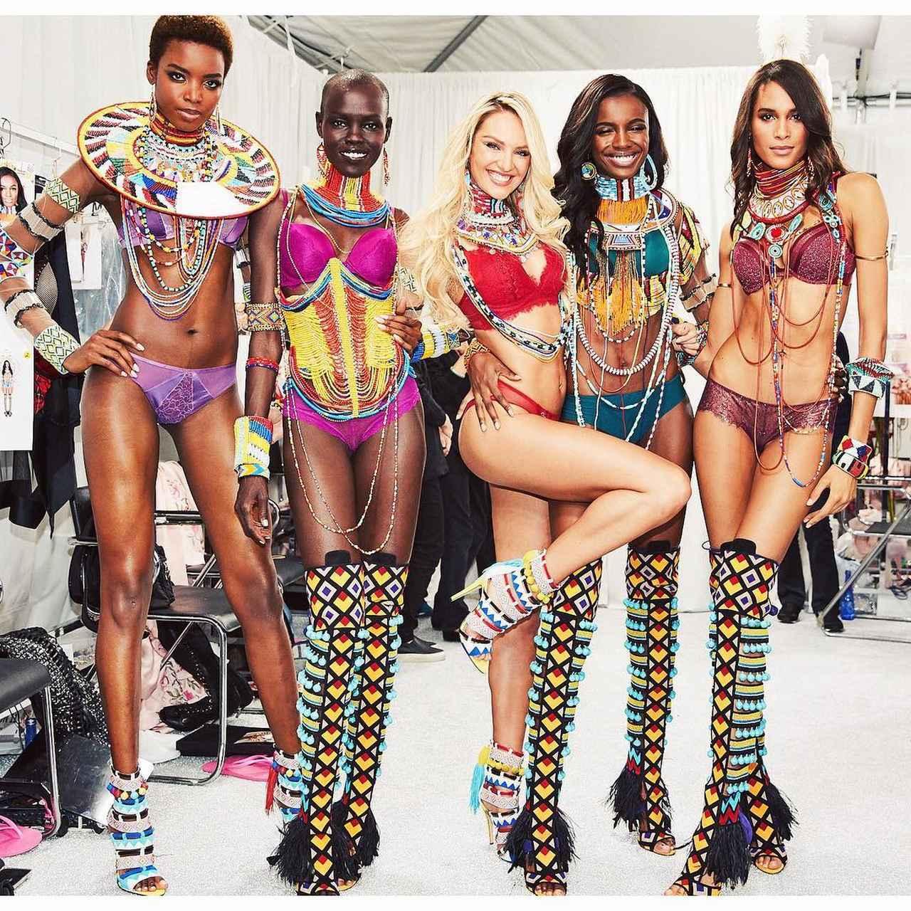 画像: キャンディスは、「これぞモデル」というひざクイポーズを披露。 ©Candice Swanepoel