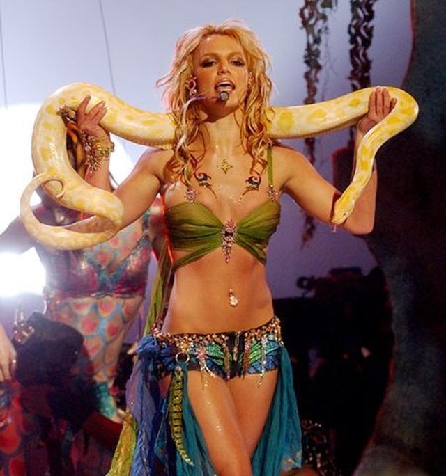 画像: MTV VMAでの蛇パフォーマンス