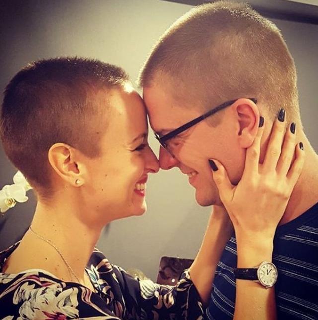 画像: 抗がん剤治療中に髪を坊主にしたカースティンと共に坊主にした夫と。©instagram/kicking_the_big_c