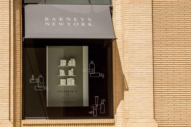 画像: NYにあるバーニーズニューヨークのウィンドウで展示されるビタブリッドCシリーズ。