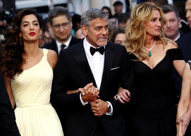 画像1: カンヌ国際映画祭にて、ジョージが妻アマル(左)と友人ジュリア(右)をエスコート。